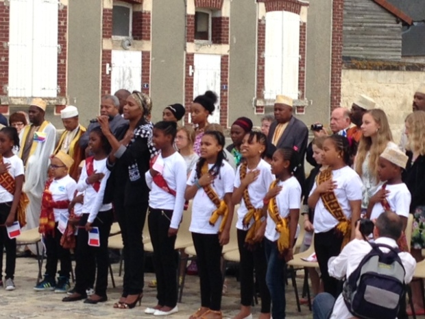 Des enfants comoriens chantent les hymnes nationaux